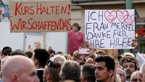 Mülteciler, 'Merkel'i seviyoruz' pankartı açtı