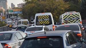 İstanbul trafiği kitlendi 55 bin servis yollarda