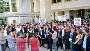 Avukatlara tutuklamaya cübbeli protesto