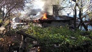 Alanya'da ahşap ev yandı