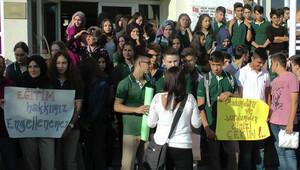 Okulları İmam Hatip Lisesi'ne dönüştürülen öğrencilerden eylem