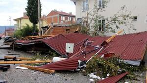 Tosya'daki fırtınada 2 kişi ağır yaralandı