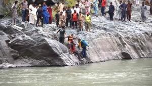 Pakistan'da otobüs nehre yuvarlandı: 24 ölü