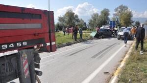 Otomobil ile kamyon kavşakta çarpıştı: 3 yaralı
