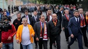 Dursun Özbek, Kadıköy'e de taraftarla yürüyecek