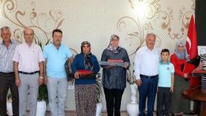 Başkan Şahin'den kadın yarışmacılara ödül