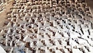 Son dakika haberi: Üsküdar'da toprağa gömülü 240 tabanca bulundu