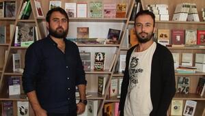 Üniversiteliler 'kitap okutmak' için kafe açtı