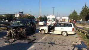 Hafif ticari araçla çarpışan otomobil sürücüsü yaralandı