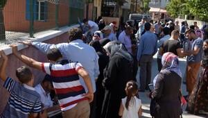 'Suriyelilere para dağıtılacak' dedikodusuyla izdiham çıktı
