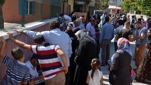 'Suriyelilere para dağıtılacak' dedikodusu izdihama yol açtı