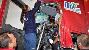 Emniyet şeridinde duran TIR'a çarpan TIR'ın sürücüsü yaralandı