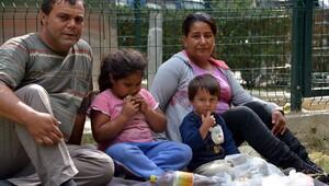 Kirayı ödeyemeyen aile, parka yaşıyor
