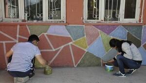 Sınırın öğretmenleri okul boyadı