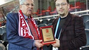 Balıkesirsporun eski gol kralı Kırceylan plaketini iade etti