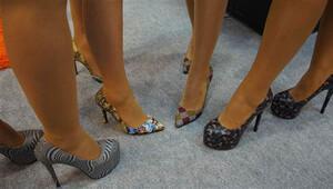Avrupalı kadın düz, Ortadoğulu taşlı ve renkli ayakkabı giyiyor