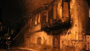 Antalyada ahşap ev, yandı