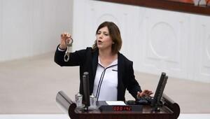 HDPli Beştaş, Kışanakın gözaltına alınmasını Mecliste kelepçe ile protesto etti / fotoğraf