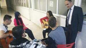 KOMEK kursiyerlerinden Başkan Özaltun'a gitar resitali
