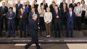 NATO savunma bakanları aile fotoğrafı çekiminde renkli anlar