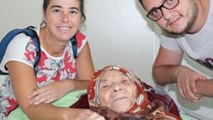 100 yaşında ayağını kırdı bir ay sonra hastaneden yürüyerek çıktı