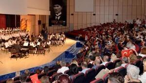 Gençlik orkestrası Cumhuriyet için sahnede