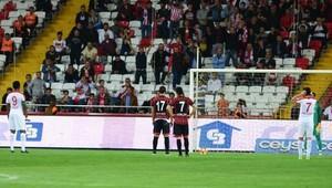 Antalyasporlu Etoo penaltıda kalecisini yönlendirdi