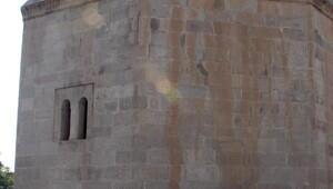 Tarihi yapılara saygısızlık