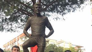 Taçsız Kralın heykeli İzmirde