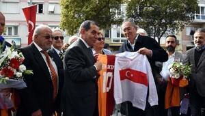 Metin Oktayın heykeli İzmirde, adı verilen parkta açıldı