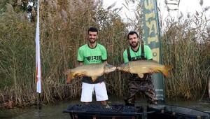 Sofuoğlu yakalanan sazan balığını göle bıraktı