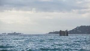 Denizin ortasındaki kazıklar vatandaşı şaşırttı