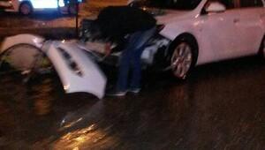Besnide otomobiller çarpıştı