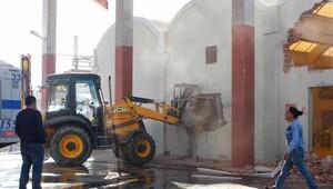 Belediye cemevinin düğün salonunu yıktı, ortalık karıştı