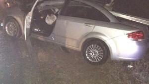 Otomobil bariyerlere çarptı, anne öldü, oğlu yaralandı
