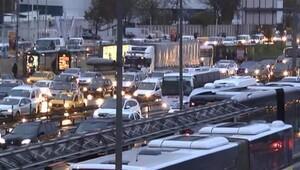İstanbul trafiğinde yağmur kâbusu Trafik felç...
