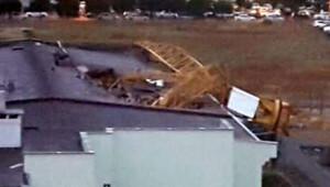 İzmirde kule vinç lise binasının üzerine devrildi