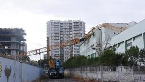 Vinç, üzerine devrildiği okulun çatısını yıktı (2) - yeniden
