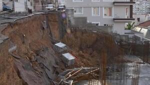 Karabağlarda yol çökünce yıkılma tehlikesi bulunan 3 bina boşaltıldı