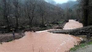Bartında yağmur dereleri taşırdı, 5 köy yolu ulaşıma kapandı