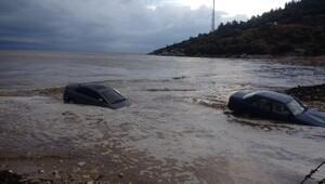 Yağmur 2 otomobili denize sürükledi