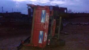 Derikte hortum evleri yıktı, traktör römorkunu sürükledi