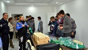 Polis, lise öğrencilerine spor malzemesi desteği verdi