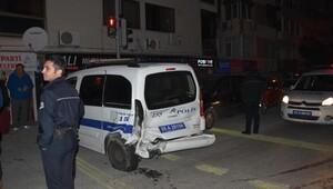 Otomobil, polis aracına çarptı: 2si polis 5 yaralı