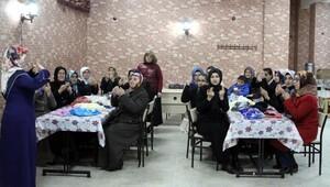 İşitme engellilere tercüman eşliğinde örgü kursu