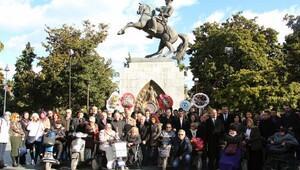 Samsunda 3 Aralık Engelliler Günü nedeniyle Atatürk Anıtına çelenk sunuldu