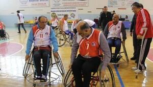 Vali ve milletvekili tekerlekli sandalyede engellilerle basketbol oynadı