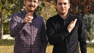 İşitme engelli arkadaşları için işaret dilini öğrendiler ve bir şarkıya da klip çektiler