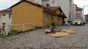 Pansiyonun çatısı uçtu, 38 lise öğrencisi tahliye edildi (2)
