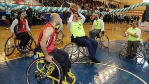 Protokol üyeleri tekerlekli sandalyede basketbol oynadı